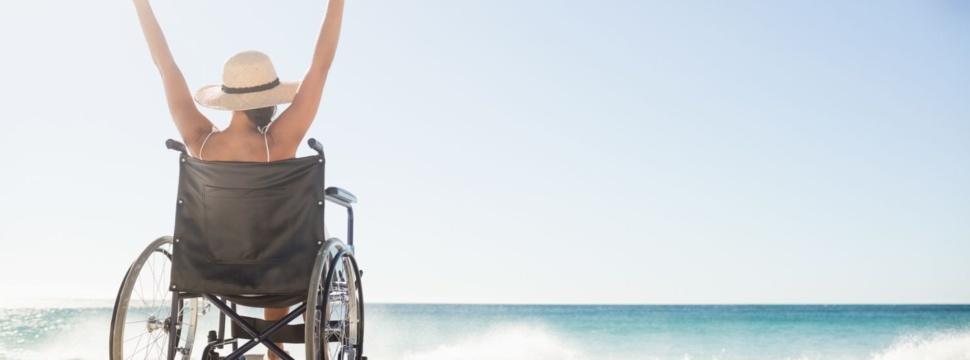 Mit dem Rollstuhl am Strand, © iStock.com/Wavebreakmedia